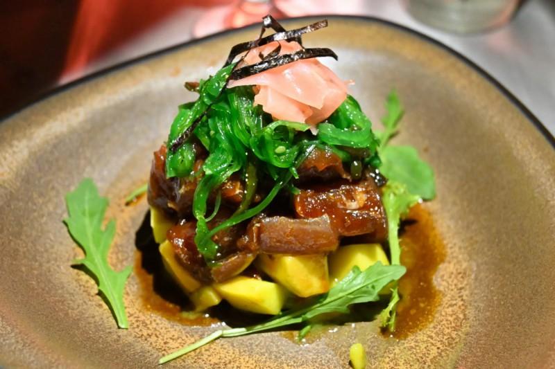 Dokonalou specialitou, kterou vám zde doporučujeme je Tuna Poké, kousky syrového tuňáka s mangem.