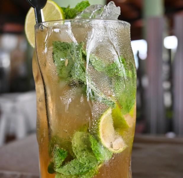 Vychutnejte si svůj drink v tropickém prostředí ostrova.