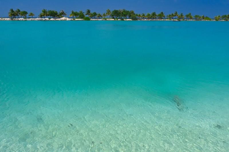 Nádherná tyrkysová voda na Maledivách.