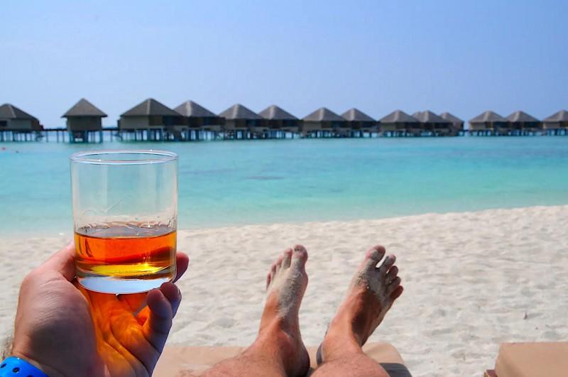 Relax na pláži se skleničkou whisky.