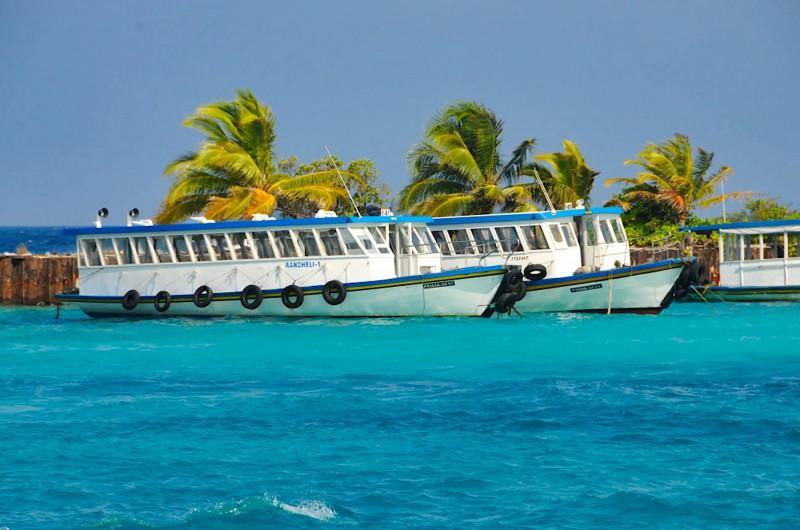 Přístav na maledivském letišti, kde na vás čeká vaše loď na ostrov.
