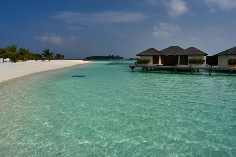 Vodní vily a bílá pláž na Maledivách.