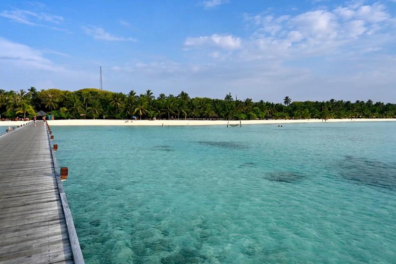 První pohled na Paradise Island, na konci dřevěného mola je recepce resortu.