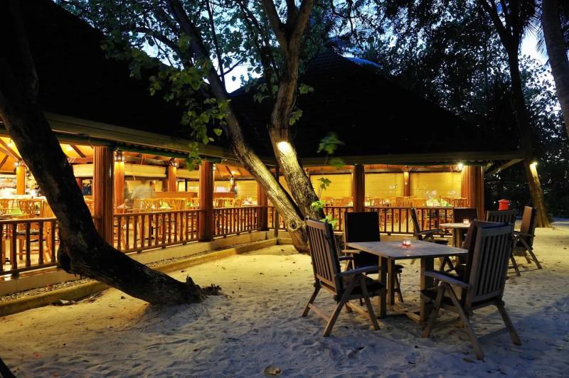 Hlavní restaurace Paradise, která servíruje bufetové snídaně, obědy a večeře.