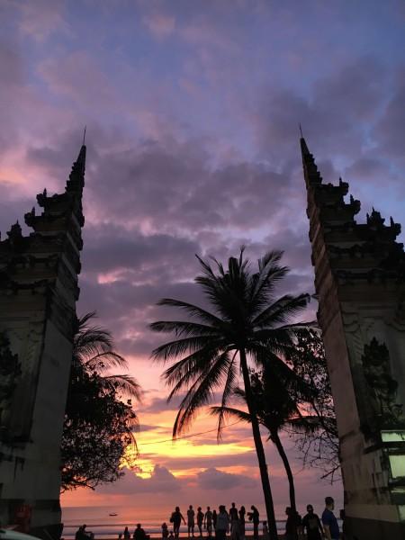 Brána při západu slunce na Bali