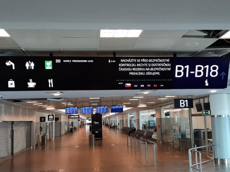 Směrová tabule k branám B v Praze.