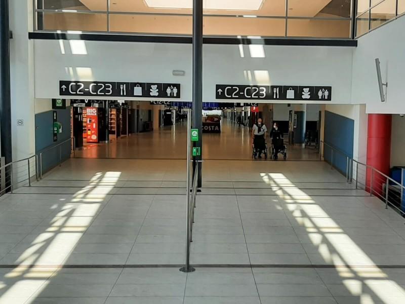 Chodba k branám C na letišti v Praze.