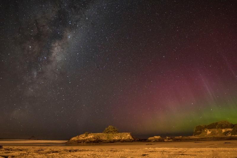 Polární záře nad Brighton Beach, Dunedin, Nový Zéland