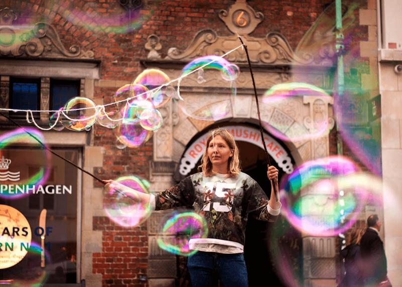 Velké barevné bubliny z bublifuku v Kodani.