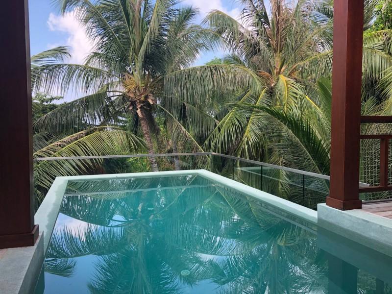 Bungalov nad palmami v rezortu Amilla