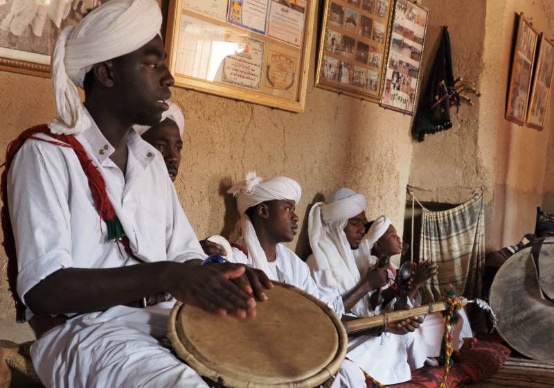 Maročané hrají jejich typickou hudbu