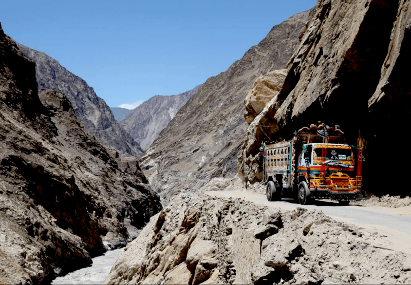Pestrobarevné auto na cestách v Ladakhu