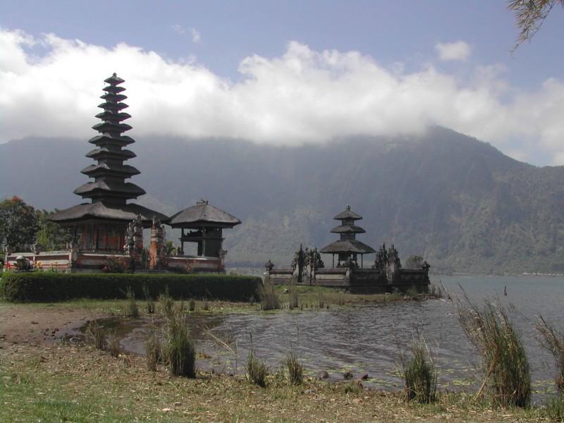 Chrám u jezera Batur