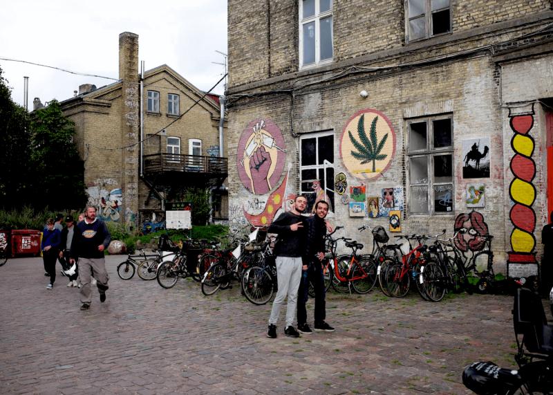 Čtvrt Christiania a graffiti na budově proti tvrdým drogám.