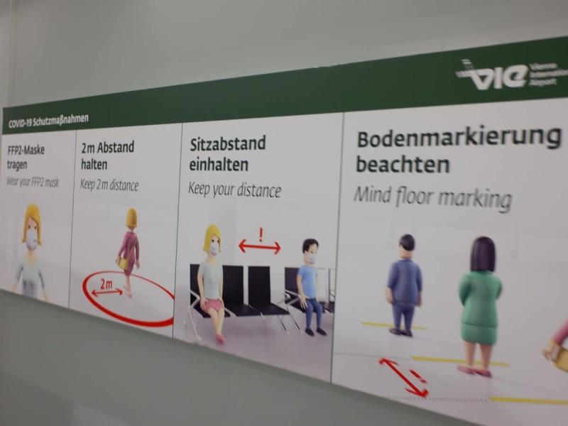 Tabule s COVID opatřeními na letišti ve Vídni.