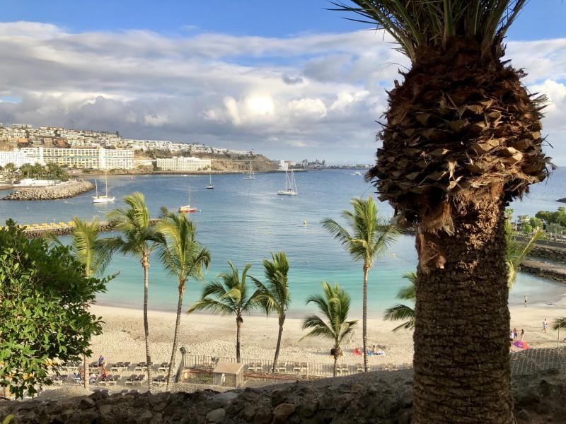 Pláž a tyrkysové moře na ostrově Gran Canaria