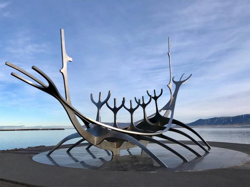 Socha vikingské lodě v moderním pojetí.