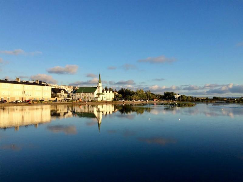 Malebný bílý kostelík u jezera.