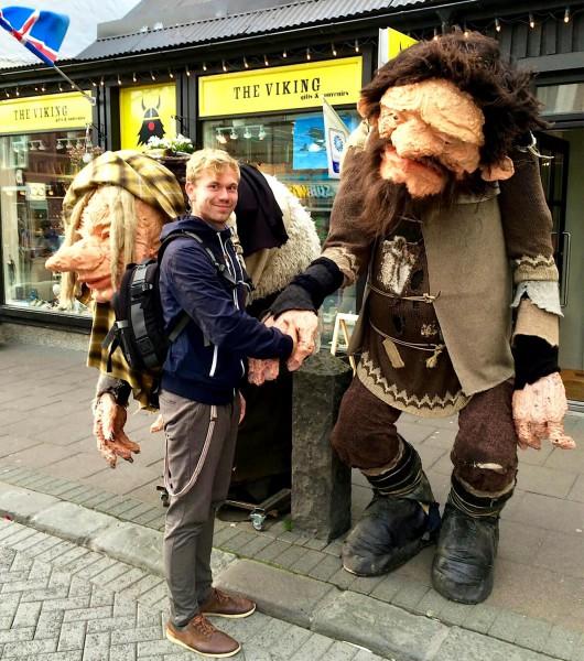 Velké vikingské sochy u suvenýrového obchodu v centru města.