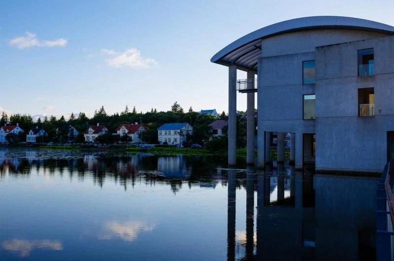 Moderní městská radnice na jezeře.