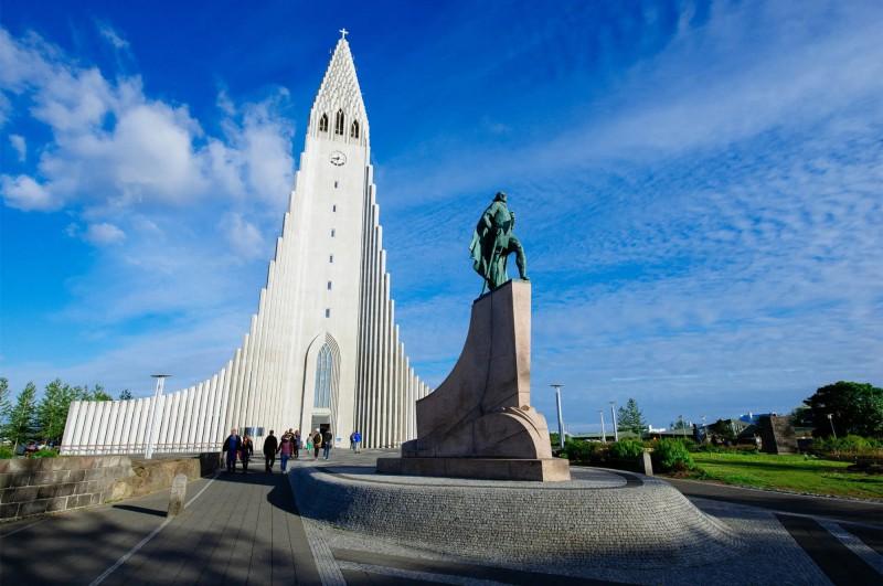 Kostel Hallgrímskirkja v podobě varhan jako dominanta městského panorama.