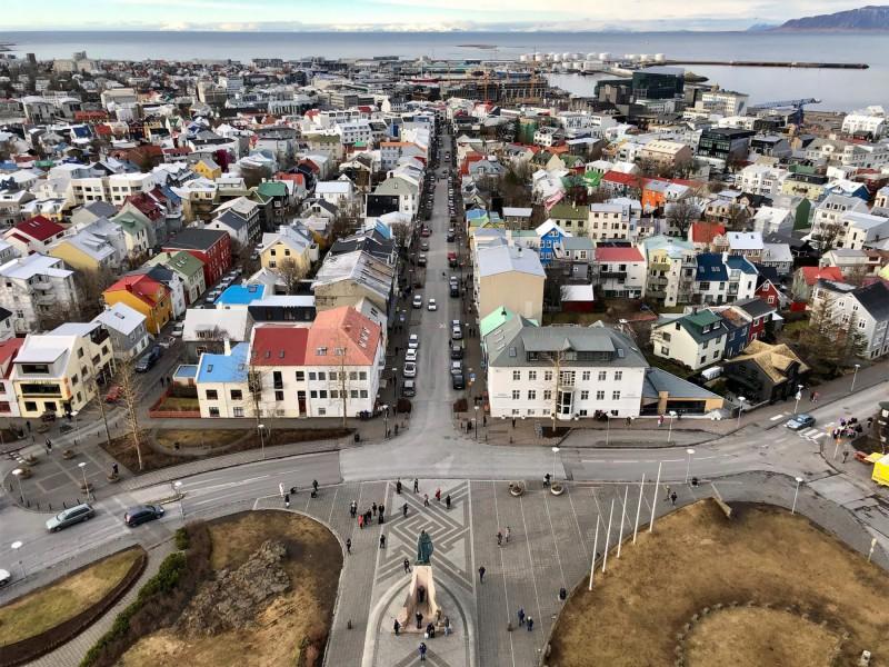 Pohled na město Reykjavík z výšky.