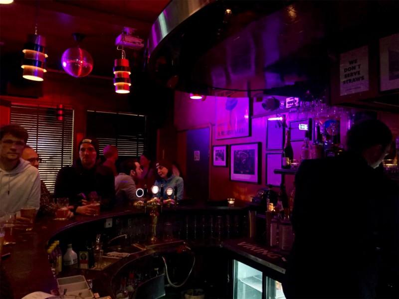 Noční bar a místní zábava.