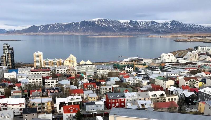 Panorama města, jemuž dominuje jezero a stolová hora.