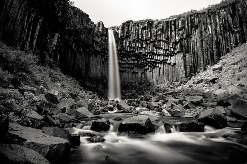 Čedičové skály připomínající varhany s vodopádem Svartifoss.