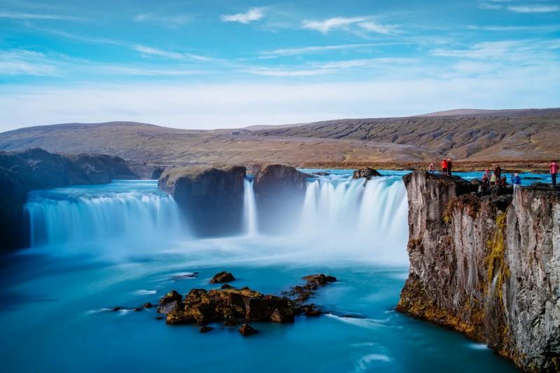 Nádherně tyrkysová voda s útesy u Vodopádu bohů.