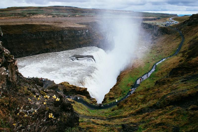 Padající voda vodopádu Gullfoss do čedičového kaňonu.