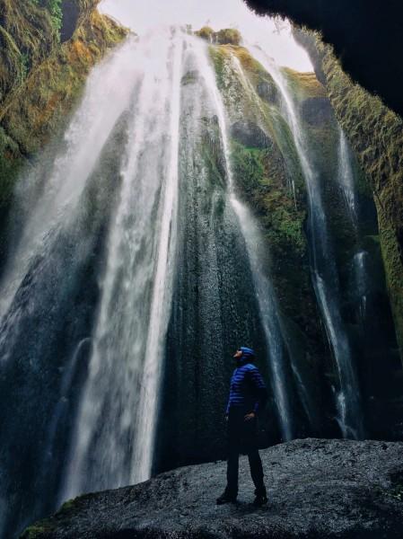 Pohled na vodopád Gljufrabui ze spodu úzkého kaňonu.