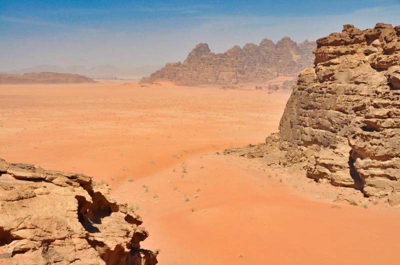 Skály v poušti s několika odstíny červené.