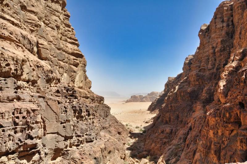 Pohled na poušť skrz skalnaté kopce.