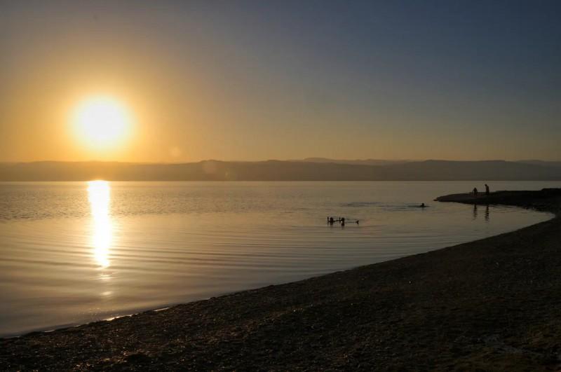 Západ slunce nad hladinou Mrtvého moře.