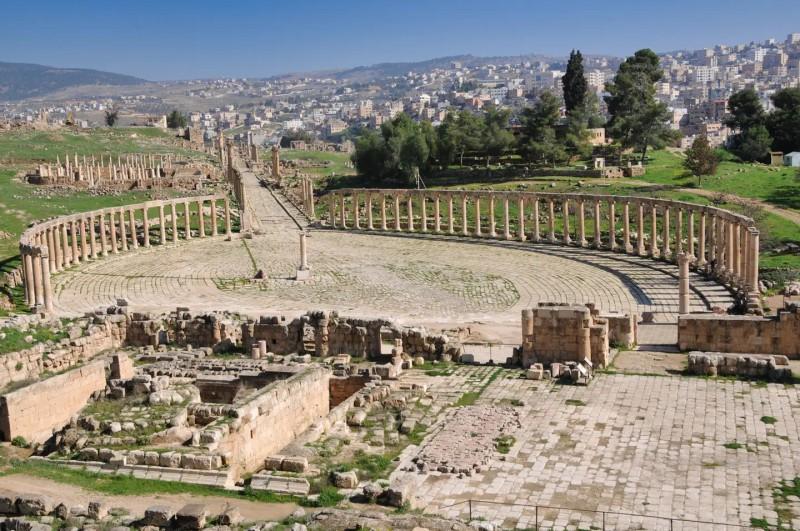 Římské ruiny a pohled na město za nimi.