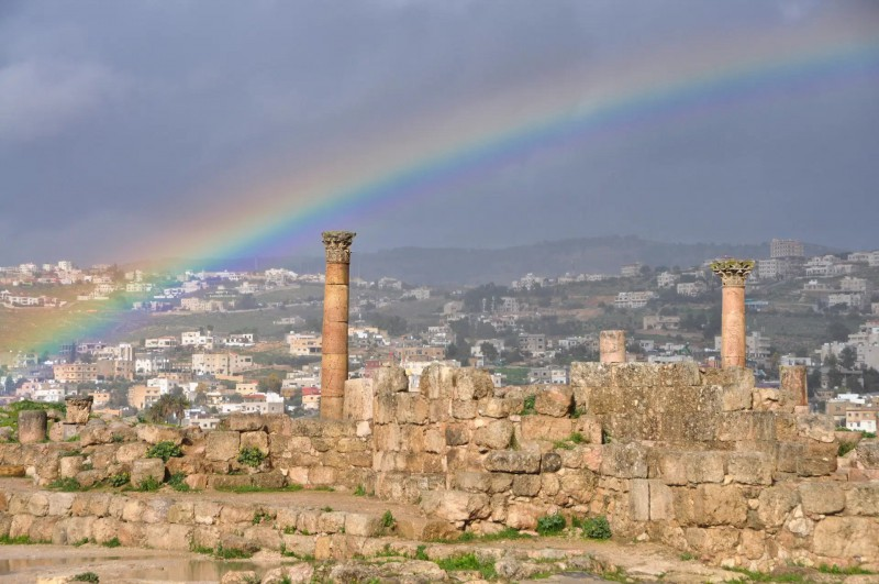 Duha nad římskými ruinami.