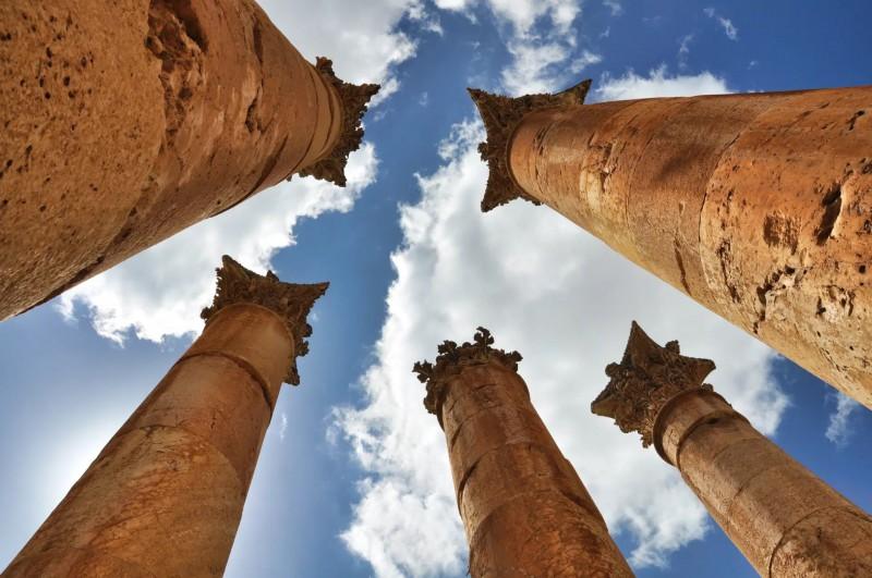 Pohled do nebe pod římskými sloupy.