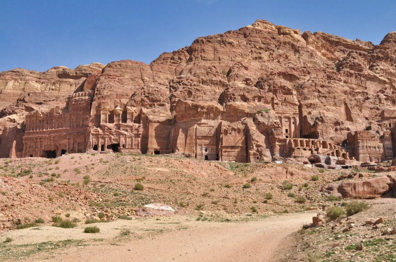 Starobylé město Petra vytesané do skal.