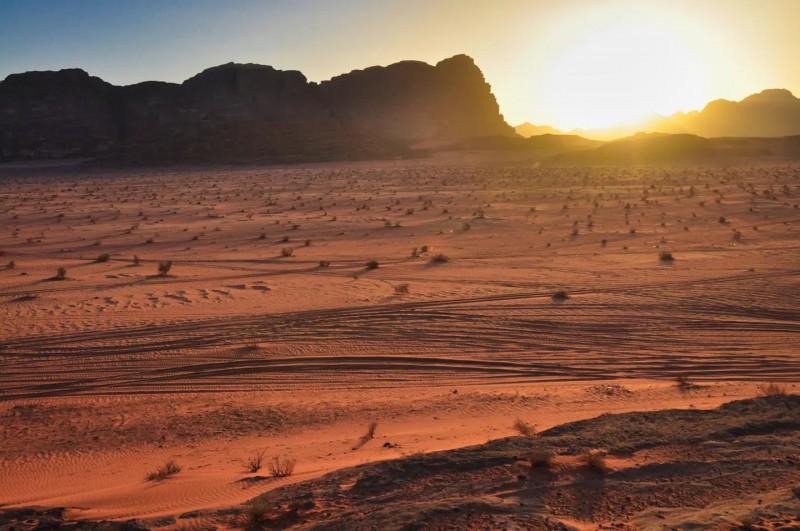Rudá poušť při západu slunce.