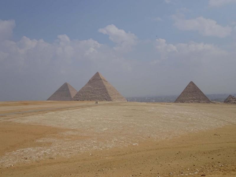 Pohled na pyramidy a město Káhira