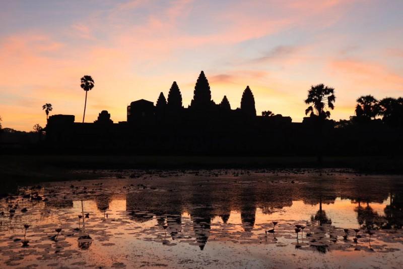 Kambodžský Angkor Wat při západu slunce.