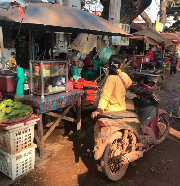 Ulice plná stánků s jídlem.
