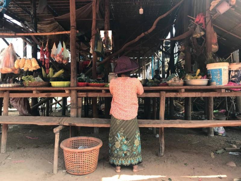 Kambodžská tetička prodávající zeleninu.