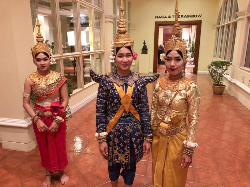 Tři khmérské tanečnice v tradičním oblečení.