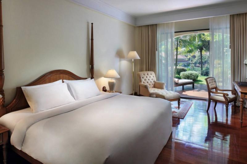 Útulná ložnice s terasou v hotelu Sofitel Angkor Phokeethra Golf & Spa Resort.