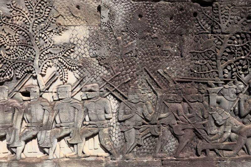 Basreliéfy vytesané do stěn, zobrazující každodenní život vojáků, kuchařů a rybářů.
