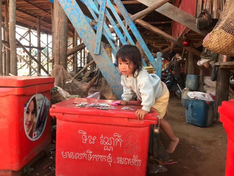 Kambodžské dítě hrající si na ulici.