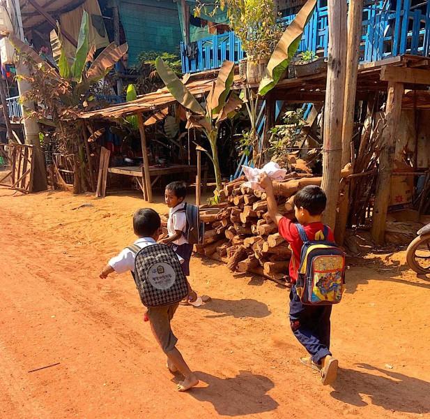 Kambodžské děti mířící do školy.