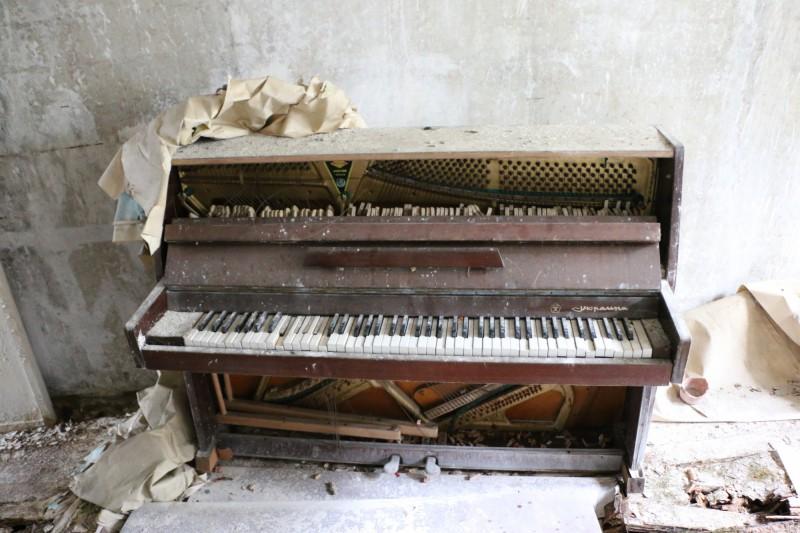 Zničený klavír v Pripjati